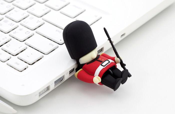 El USB más seguro: un soldado de la guardia real inglesa en ...