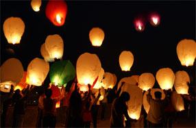 Linternas voladoras blancas para una ocasión especial