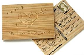 Romántica postal de madera