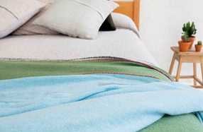 Mantas artesanales de suave cachemir by Teixidors
