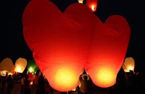 Linternas voladoras con forma de corazón