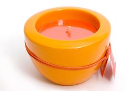 Vela aromática de naranja con portavelas de cerámica