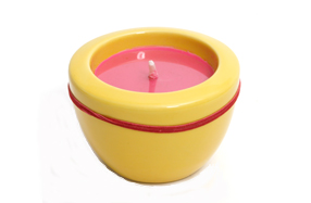 Vela aromática a uva en portavelas de cerámica amarillo