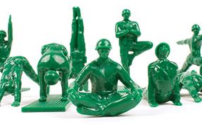 Yoga Joes: los soldaditos de la paz que hacen yoga