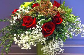 Ramo de rosas rojas con jarrón