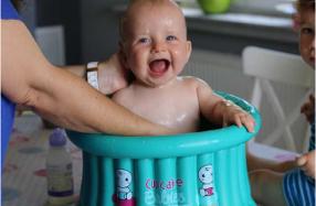 Bañera hinchable para bebé con forma de cupcake