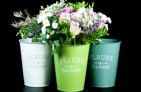 Jarrón vintage con rosas y flores de temporada