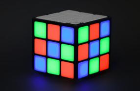 Altavoz con luces en forma de cubo de Rubik