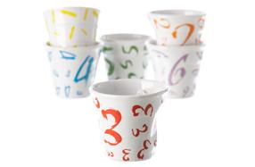 Juego de seis vasos con números de colores