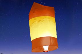 Farolillos voladores con los colores de la bandera de España
