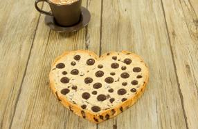 Enorme galleta de chocolate con forma de corazón