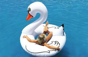 Flotador gigante con forma de cisne