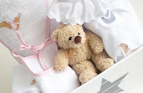 Cesta con ropita para bebés recién nacidos