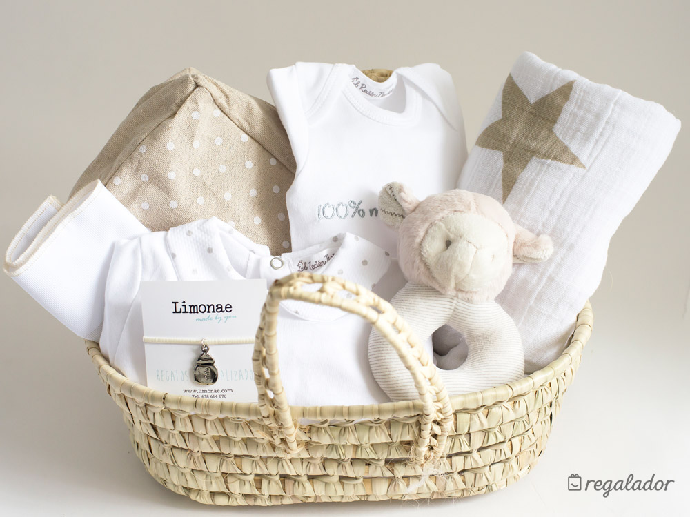 Canastilla unisex con ropita de beb en - Que regalar en un bautizo al bebe ...