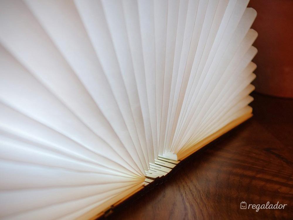 El libro que se transforma en una lámpara