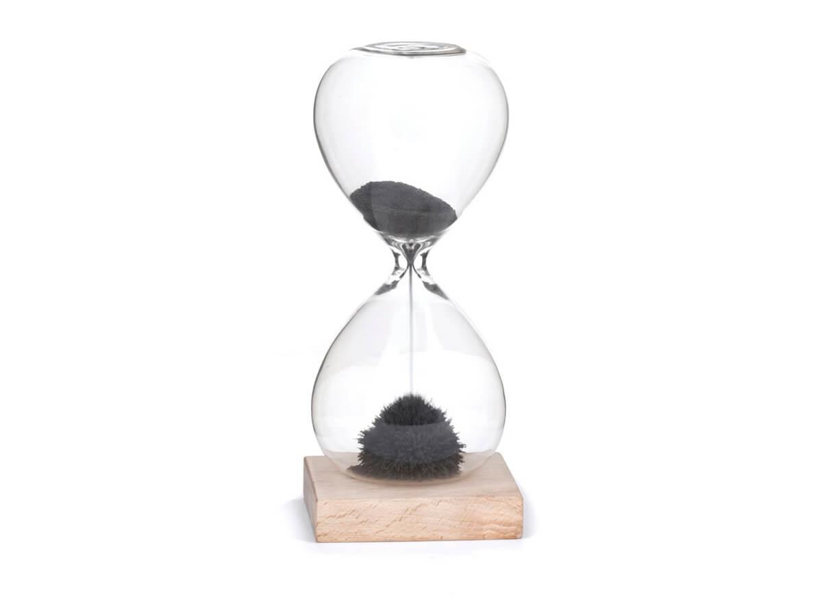 Reloj de cristal con arena magnética
